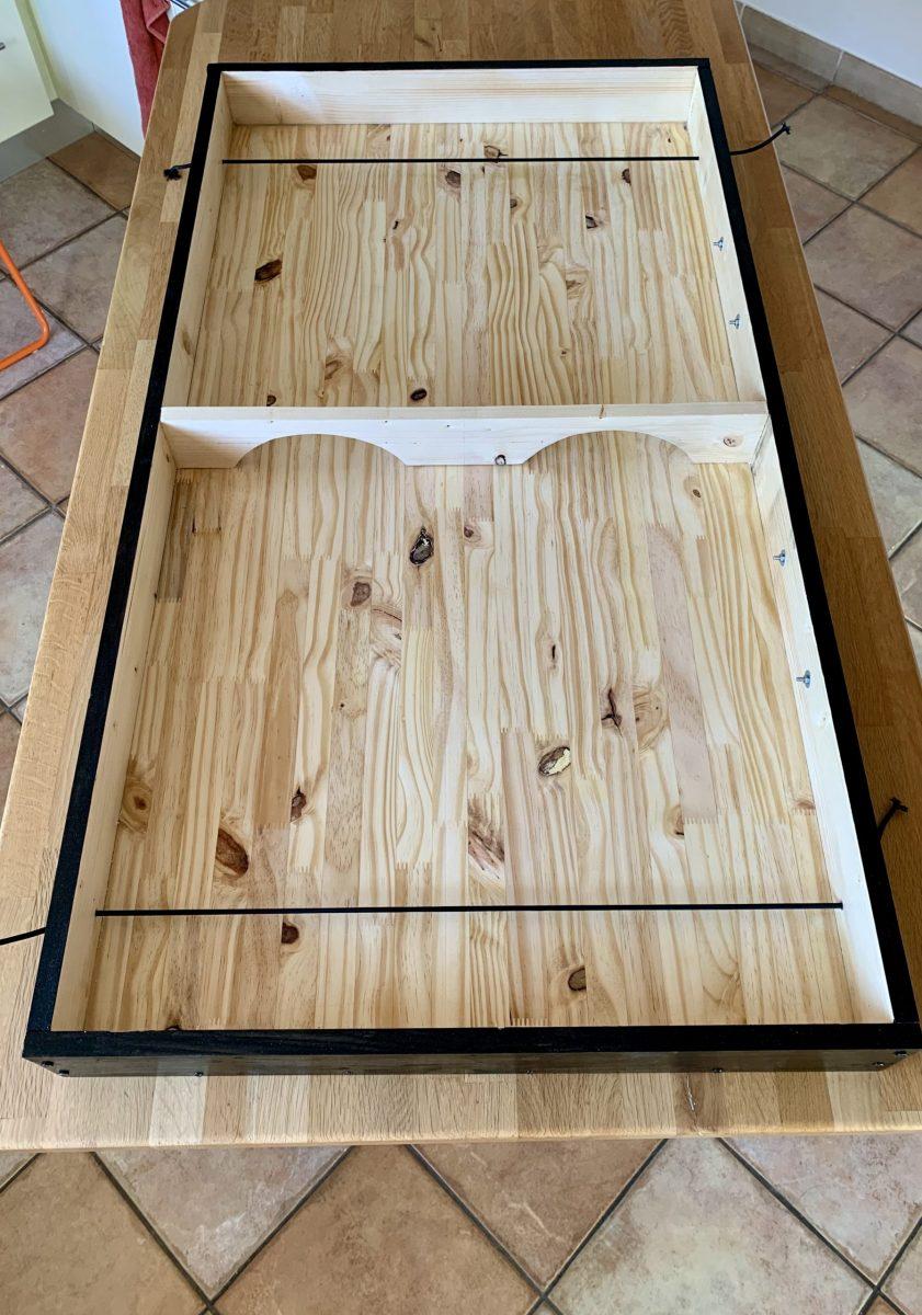 Maxi jeu de palets en bois (pin), peint et verni. 120cm x 64cm Le jeu est vendu avec 8 petits palets en bois.