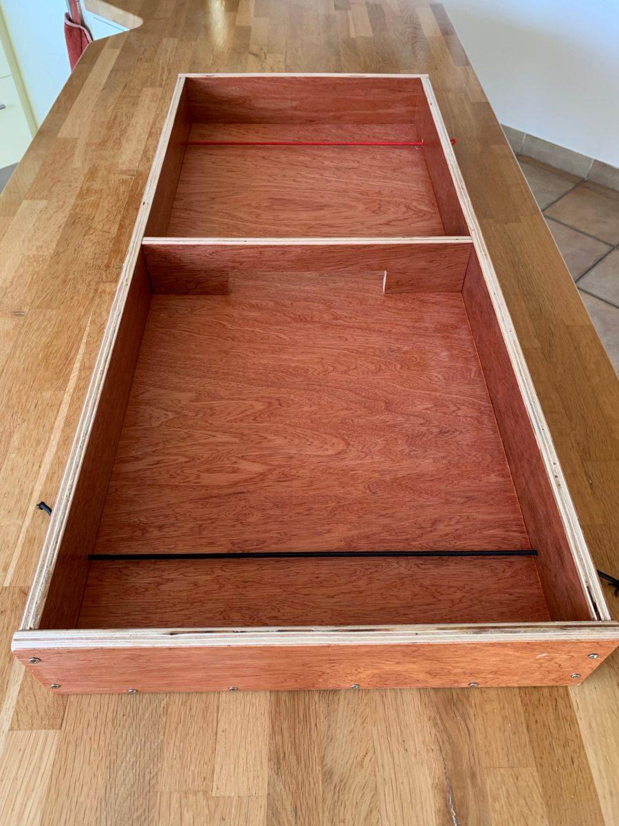 Jeu de palets en bois contreplaqué et  verni. 97cm x 42cm. Le jeu est vendu avec 8 petits palets en bois